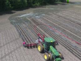 Applying liquid manure with a drag hose